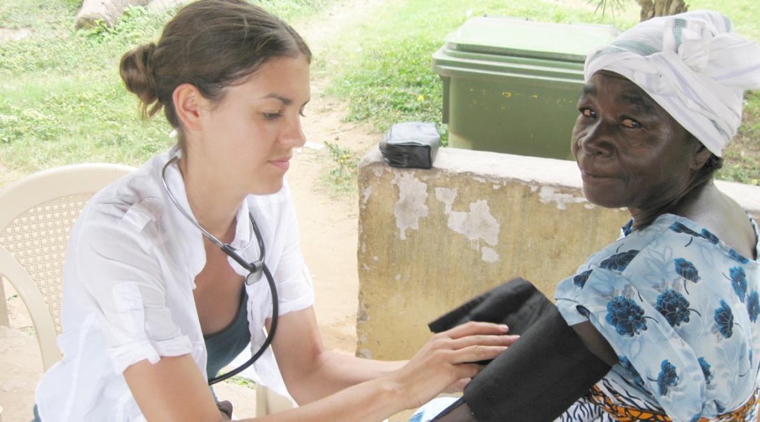 ガーナの地域各所に出向いて住民のヘルスチェックを行う看護インターン